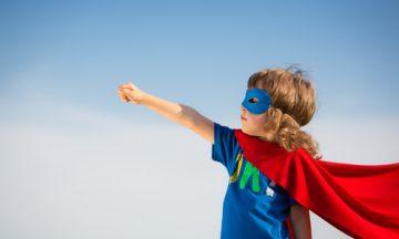 uma criança vestida de super herói
